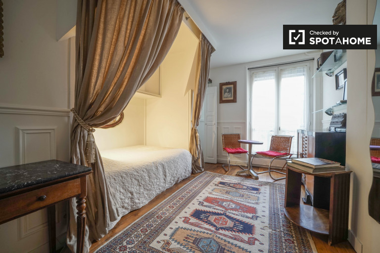 Elegant studio apartment for rent at bottom of Sacré-Coeur Basilica in Montmartre