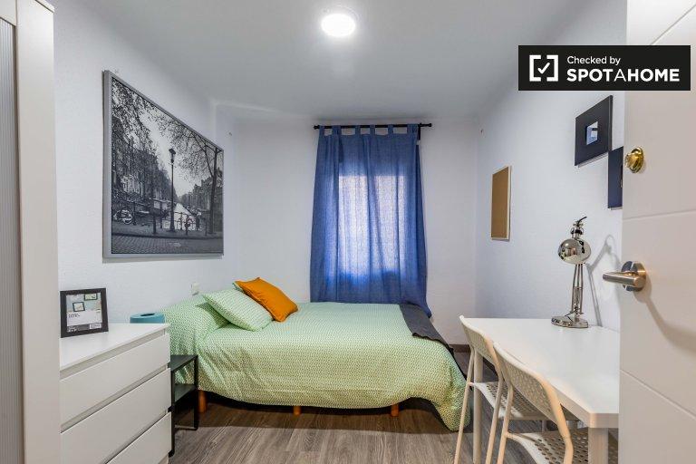 Tidy room in 3-bedroom apartment in Rascanya, Valencia