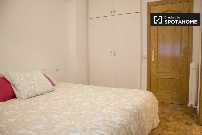 Pokój dwuosobowy do wynajęcia, apartament z 3 sypialniami, Moratalaz, Madryt