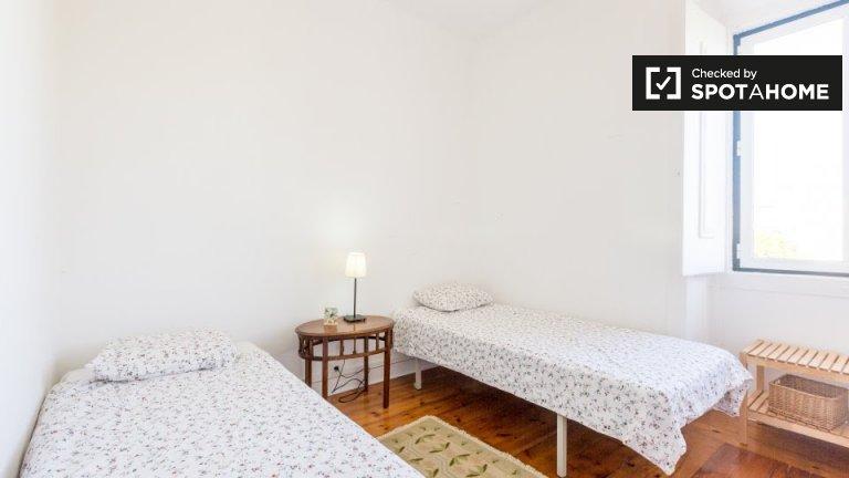 Komfortowy pokój w domu z 4 sypialniami w Carnaxide w Lizbonie