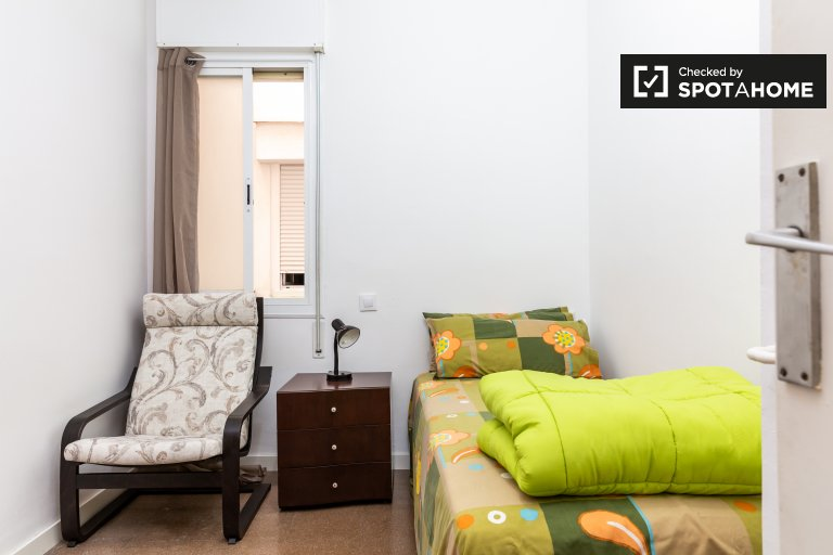 Rooms for rent in 3-bedroom apartment in Gràcia, Barcelona