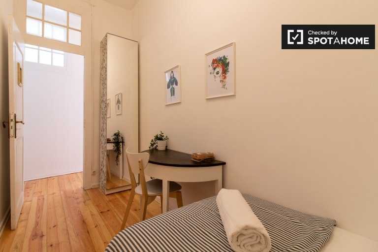 Room for rent in 6-bedroom apartment in Estrela, Lisbon