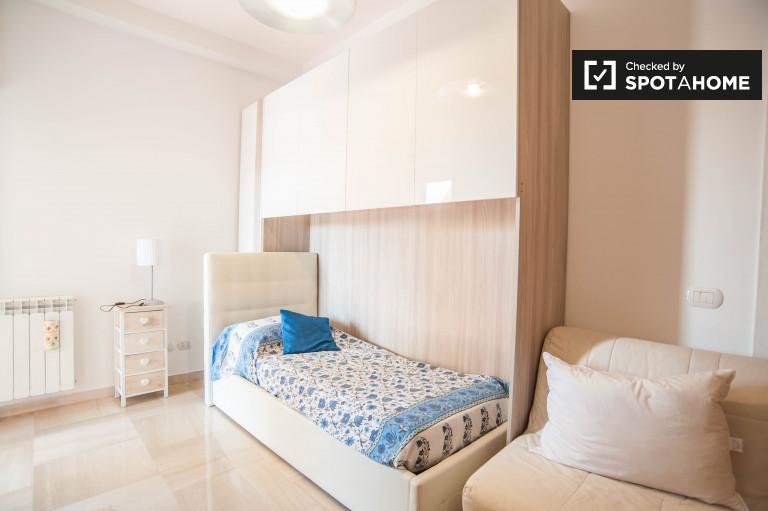 Nowoczesny pokój w apartamencie z 3 sypialniami w Aurelio w Rzymie