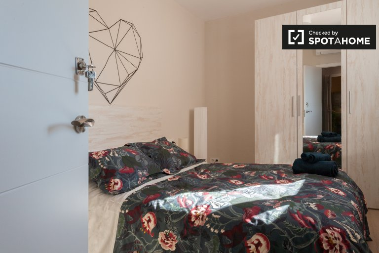 Sunny room in 7-bedroom apartment in Sants, Barcelona