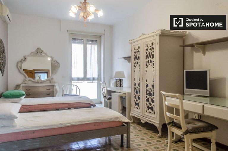 Grande chambre partagée dans appartement de 4 chambres à Ostiense