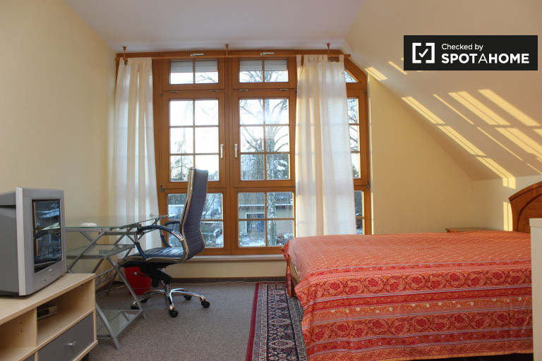 Double Bed in Room for rent in a spacious 3-bedroom apartment in Marzahn-Hellersdorf, men only
