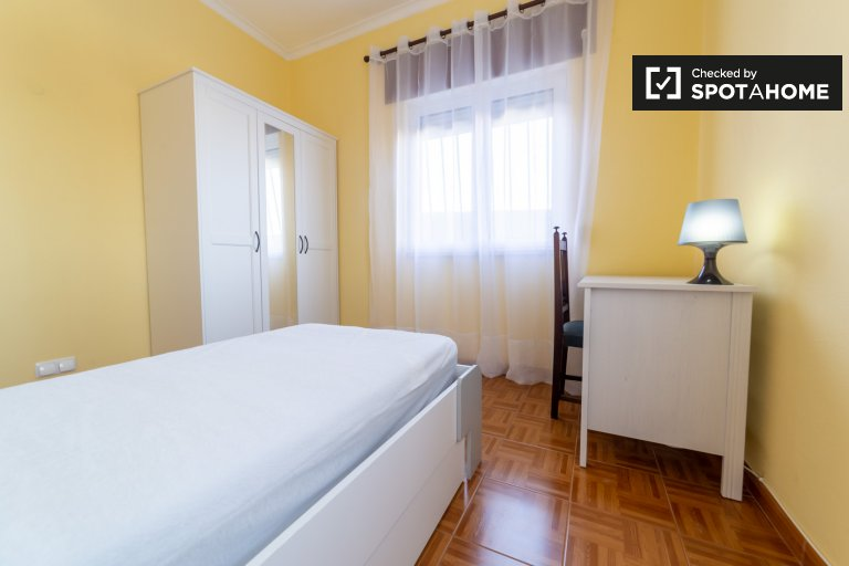 Chambre à louer dans une maison de 4 chambres à Amadora, Lisbonne
