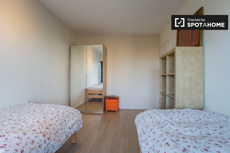 Twin Beds in Rooms for rent in a stylish 3-bedroom apartment with pool and tennis court in Woluwe Saint-Lambert