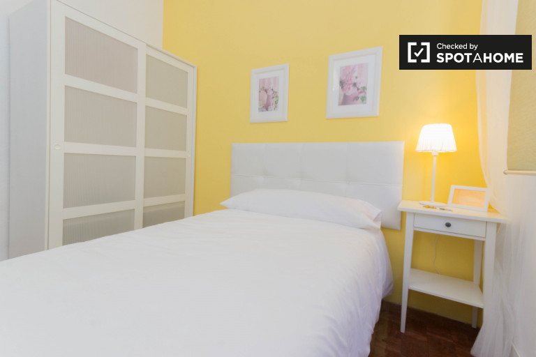 Charming room in 5-bedroom apartment in Uribarri, Bilbao