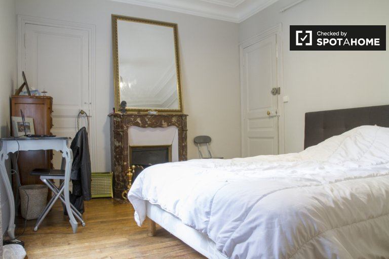 Comfortable room in apartment in Arrondissement 18, Paris