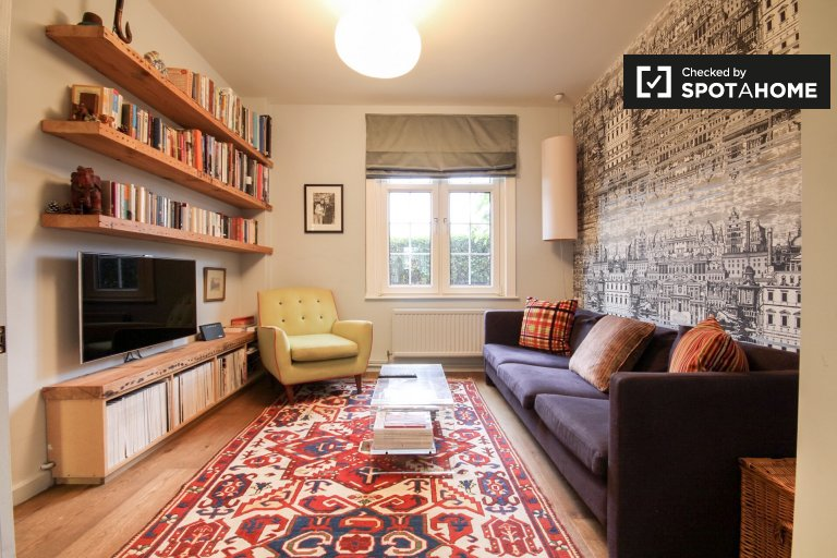 Charming 3-bedroom house to rent in East Acton, London