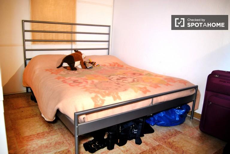 Camera da letto completamente arredata
