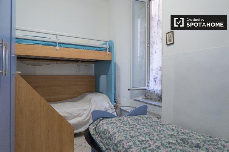 Quarto compartilhado mobiliado em apartamento de 2 quartos em San Giovanni