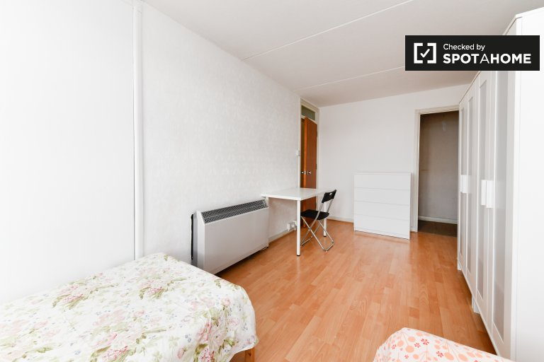 Przestronny pokój do wynajęcia w 3-pokojowym mieszkaniu Battersea