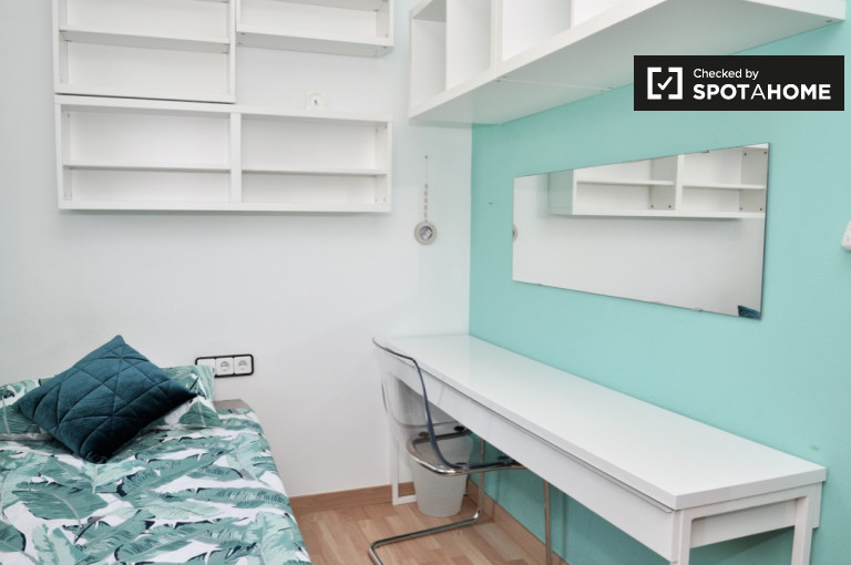 Cosy room to rent in shared apartment in Poblenou, Barcelona