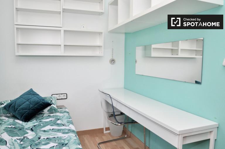 Acogedora habitación para alquilar en piso compartido en Poblenou, Barcelona.