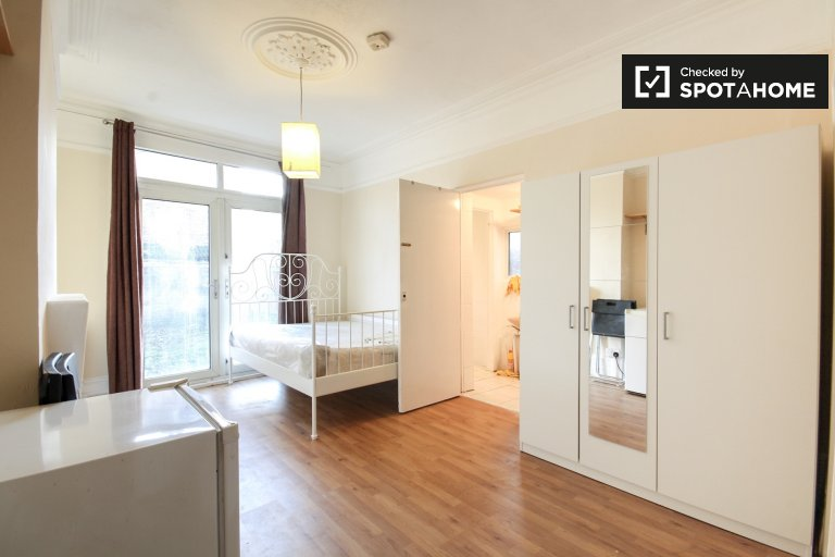 Sunny studio apartment with garden access for rent in Acton, Travelcard zone 3