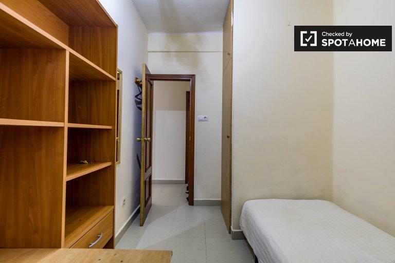 Chambre confortable à louer dans un appartement de 3 chambres, La Saïdia
