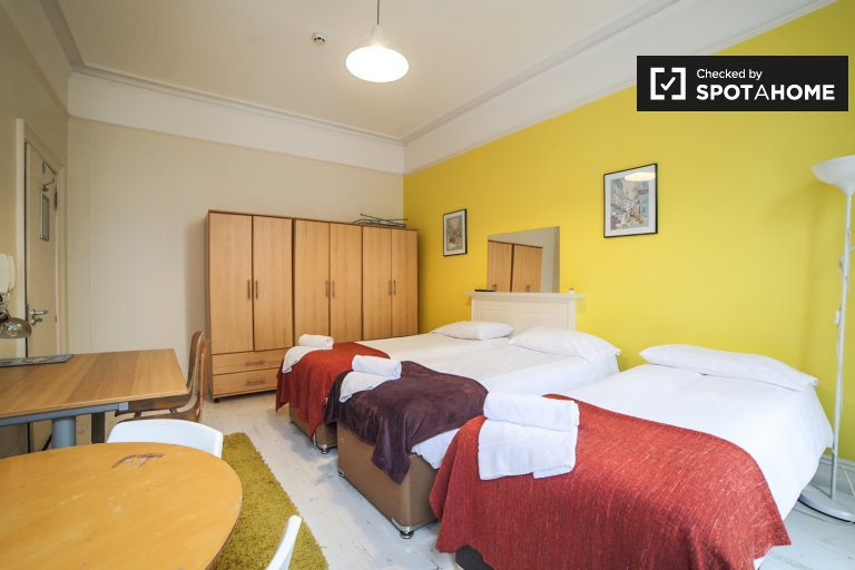 Room to rent in 3-bedroom apartment in Kensington, London
