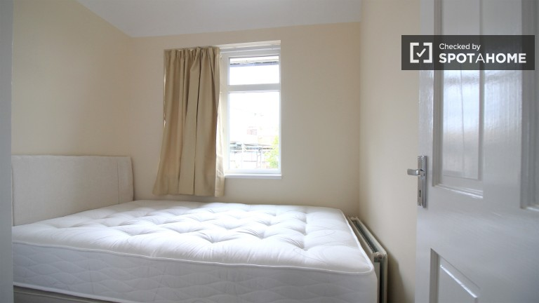 Bedroom 5 with large single bed