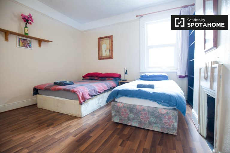 Twin room for rent, 6-bedroom house, Stoneybatter, Dublin