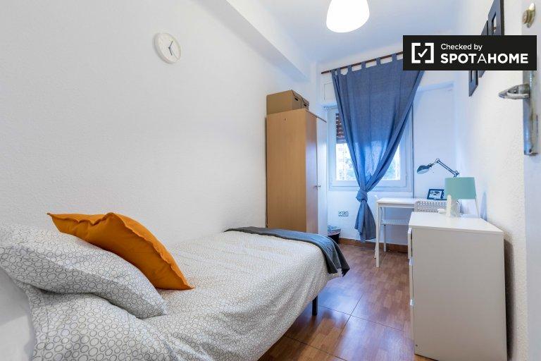 Przytulny pokój do wynajęcia w apartamencie z 4 sypialniami w Camins al Grau