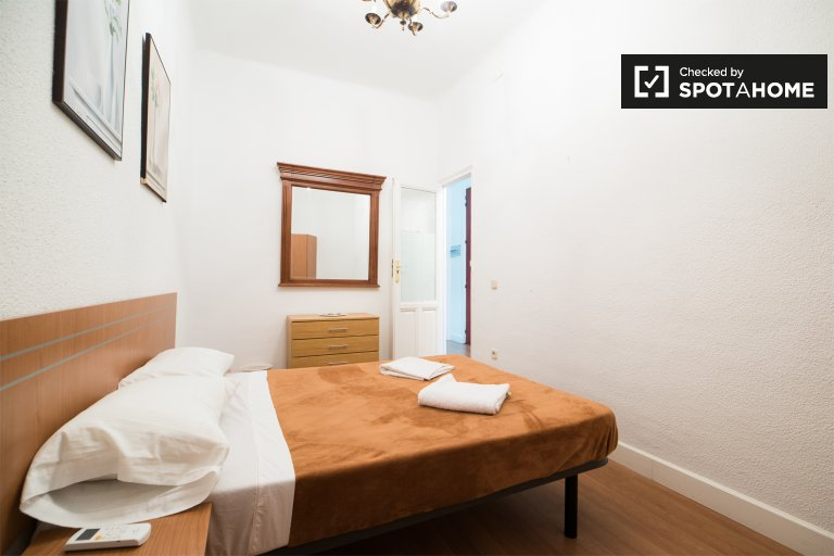 Furnished room in 5-bedroom apartment in Lavapiés, Madrid
