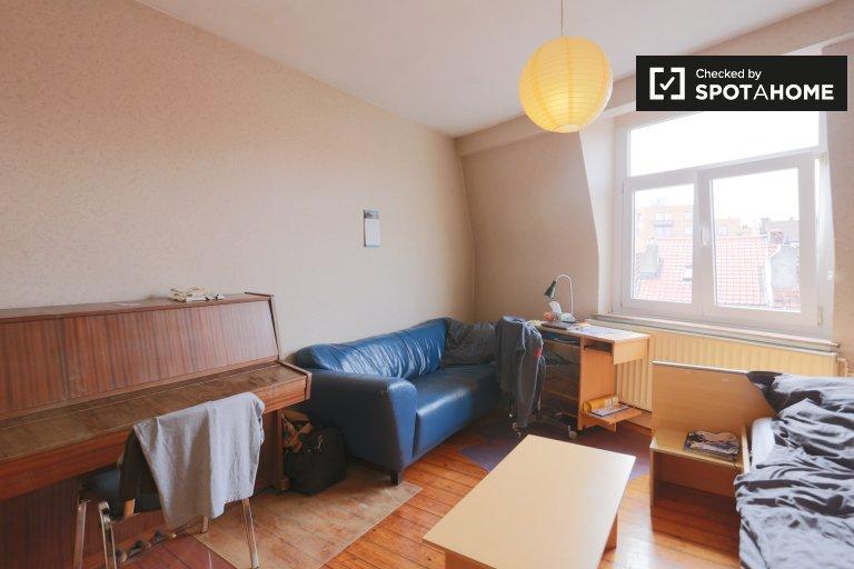 Espaçoso quarto em apartamento de 3 quartos em Laeken, Bruxelas