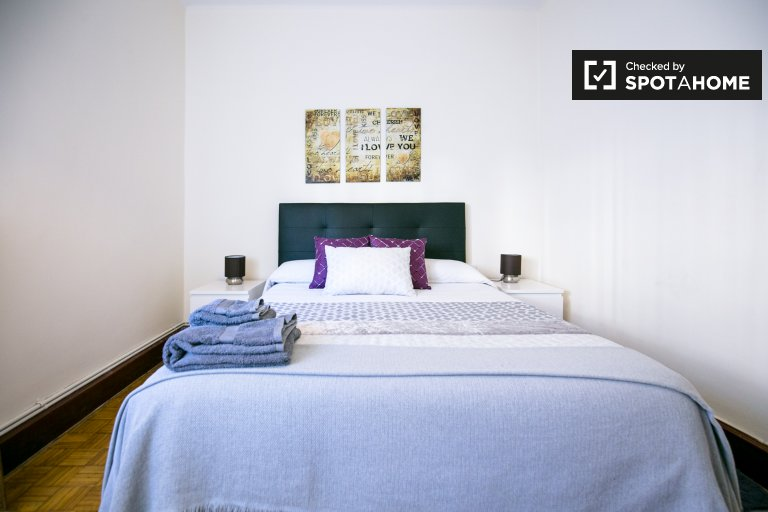 Compact room in 3-bedroom house in Deusto, Bilbao