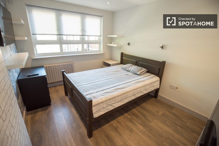 Bedroom 2, couple-friendly with double bed and TV