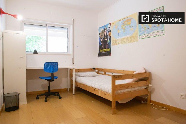 Se alquila habitación en el apartamento de 4 dormitorios en Lumiar, Lisboa