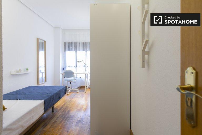 Sunny room in 5-bedroom apartment in Delicias, Madrid