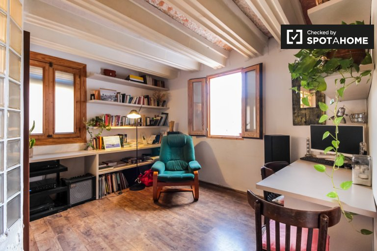 Rustic studio apartment for rent in El Raval, Barcelona