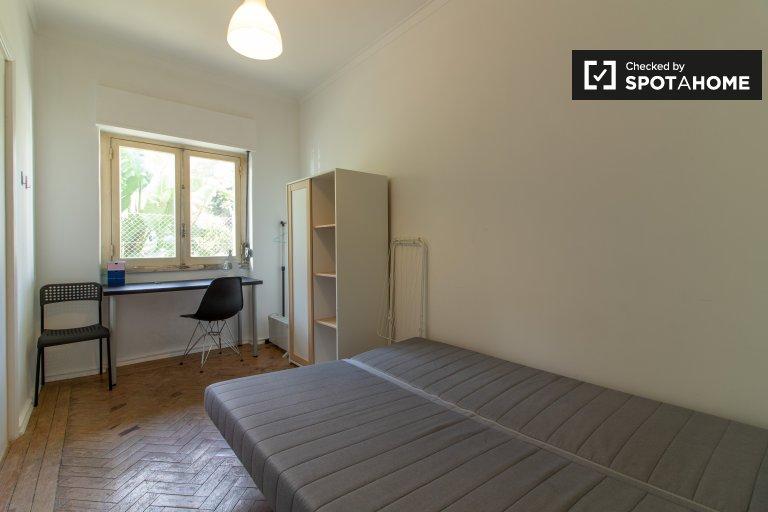 Camera funzionale in affitto in appartamento con 3 letti a São Domingos