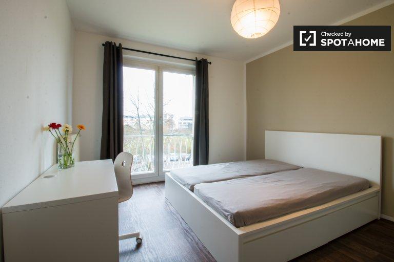 Double Bed in Rooms for rent in 3-bedroom apartment in Schöneweide