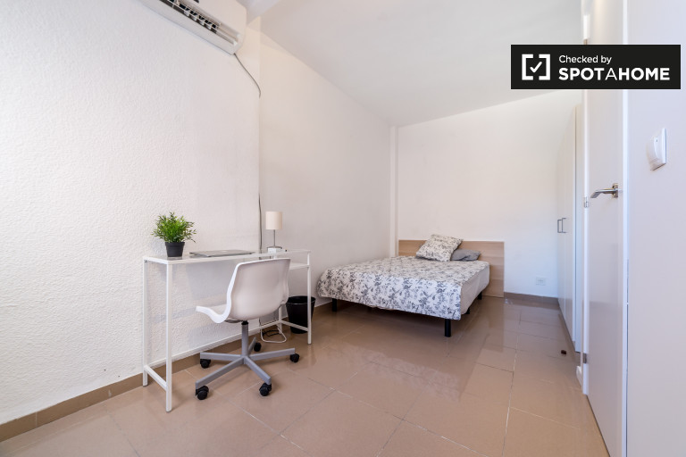 Spacious room in apartment in El Pla del Real, Valencia