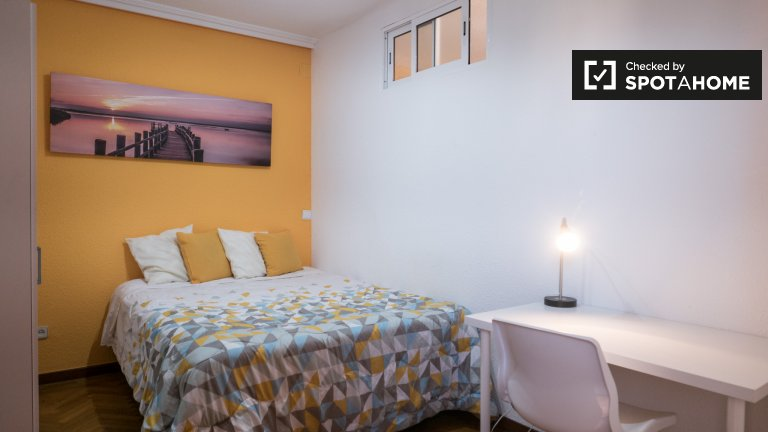 Colourful room for rent in Alcalá de Henares, Madrid