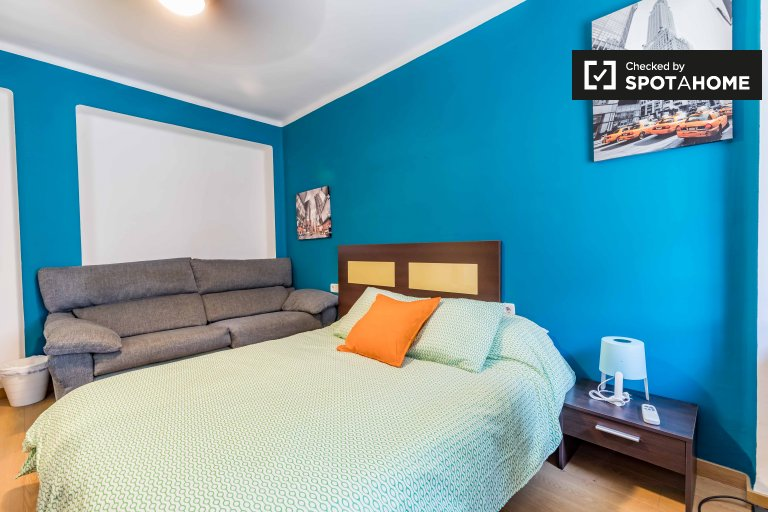 Colourful room in 4-bedroom apartment in Rascanya, Valencia