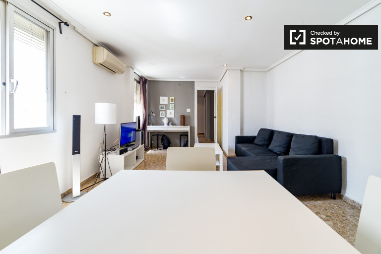 Chic 3-bedroom apartment for rent in Xirivella