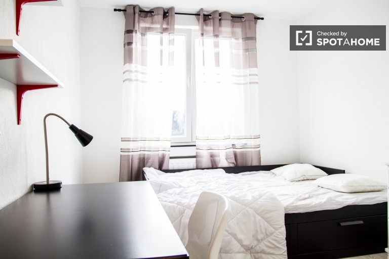 Double Bed in Bright rooms for rent in 129m2 3-bedroom apartment with balcony in Brussels city-centre