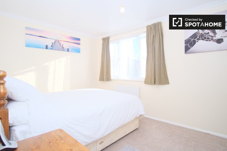 Bright room to rent in 2-bedroom apartment in Lewisham