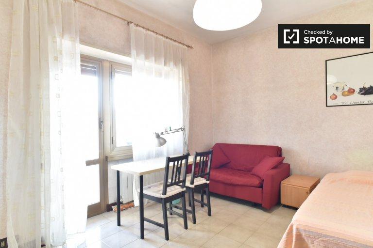 Quarto mobiliado em apartamento de 4 quartos em Portuense, Roma