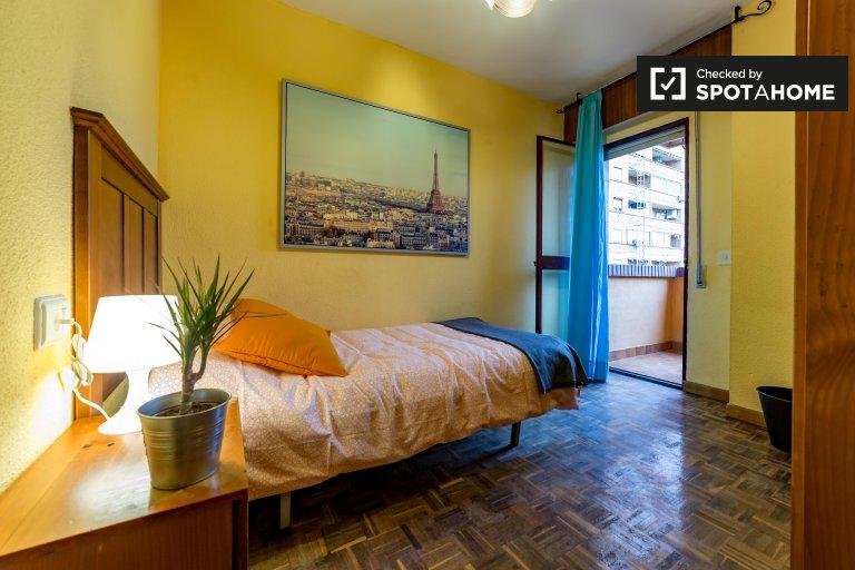 Lichtdurchflutetes Zimmer in einer 4-Zimmer-Wohnung in Algirós, Valencia