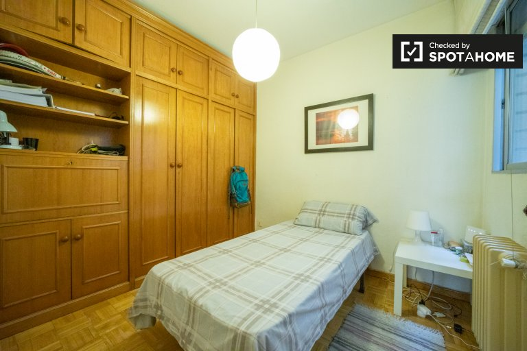 Room for rent in 2-bedroom apartment in Guindalera, Madrid