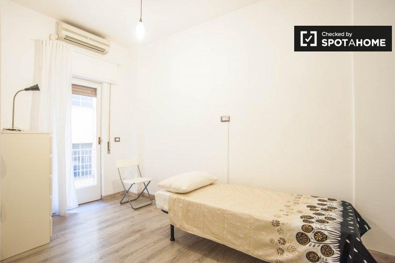Amplia habitación en alquiler en un apartamento de 3 dormitorios en Roma