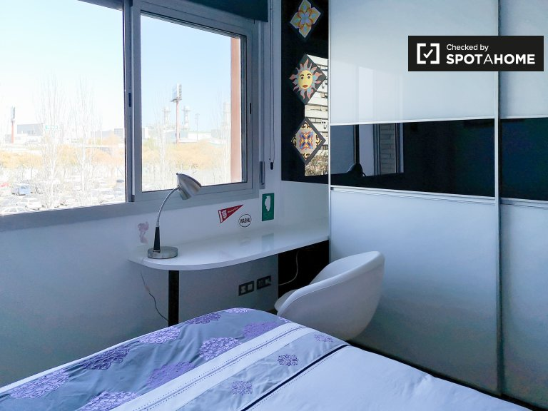 Room for rent in 2-bedroom apartment in El Poblenou