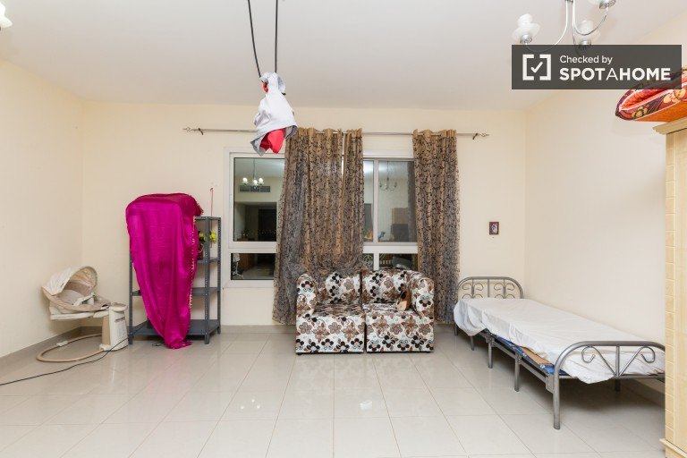 Double Bed in Rooms for rent in spacious 3-bedroom apartment - Al Quoz