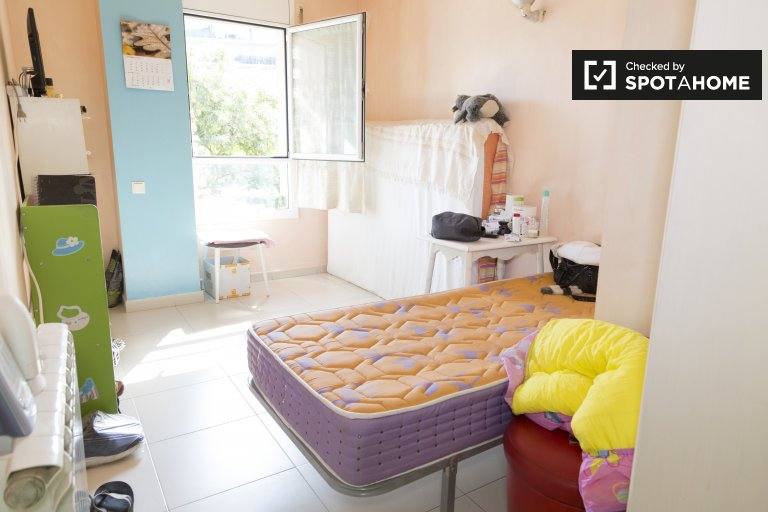 Sunny room in 3-bedroom bapartment in Sant Adrià de Besòs