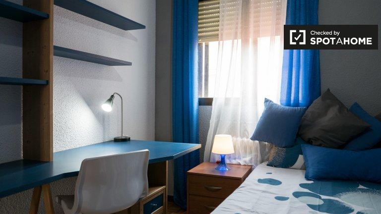 Habitación luminosa en alquiler en Alcalá de Henares, Madrid.