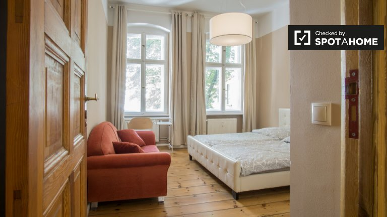 Double Bed in Bright rooms for rent in elegant 3-bedroom apartment in Friedrichshain